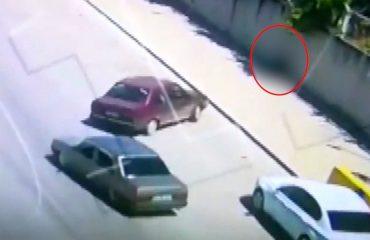 Lastiği patlayan otomobil kaldırımda oturan adama çarptı