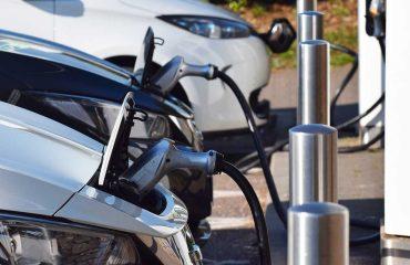 Elektrikli otomobiller şarjda