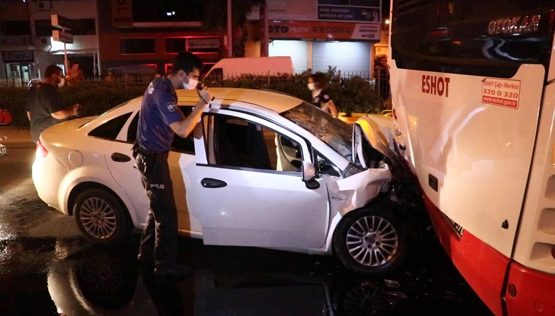 İzmir'de otomobil belediye otobüsüne çarptı: 4 yaralı