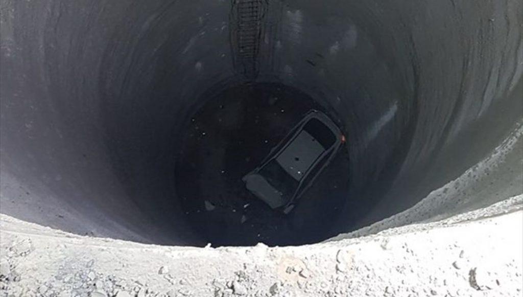 İzmir'de otomobil metro inşaatındaki boşluğa düştü: 2 ağır yaralı
