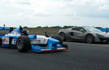 McLaren 570GT ile bir F1 aracının yarışını izleyin!